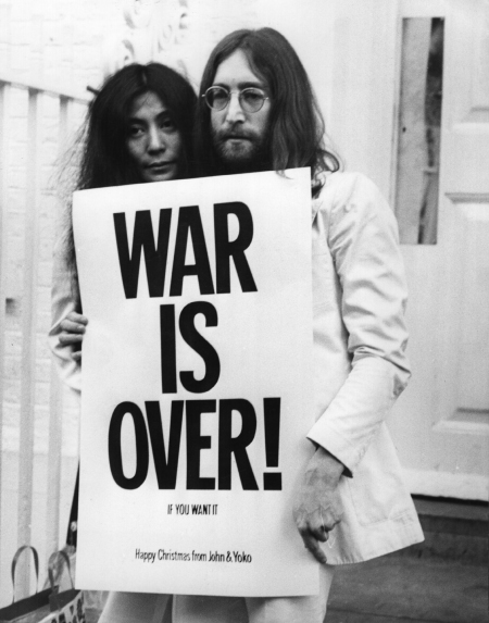 http://mostpopularunpopular.files.wordpress.com/2009/09/johnlennonyokoono.jpg